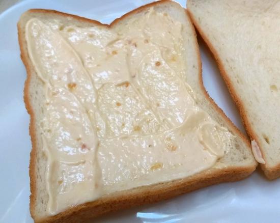パンにみそマヨを塗ったところ